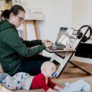 Jak radzą sobie pracujące mamy w łączeniu obowiązków domowych z pracą